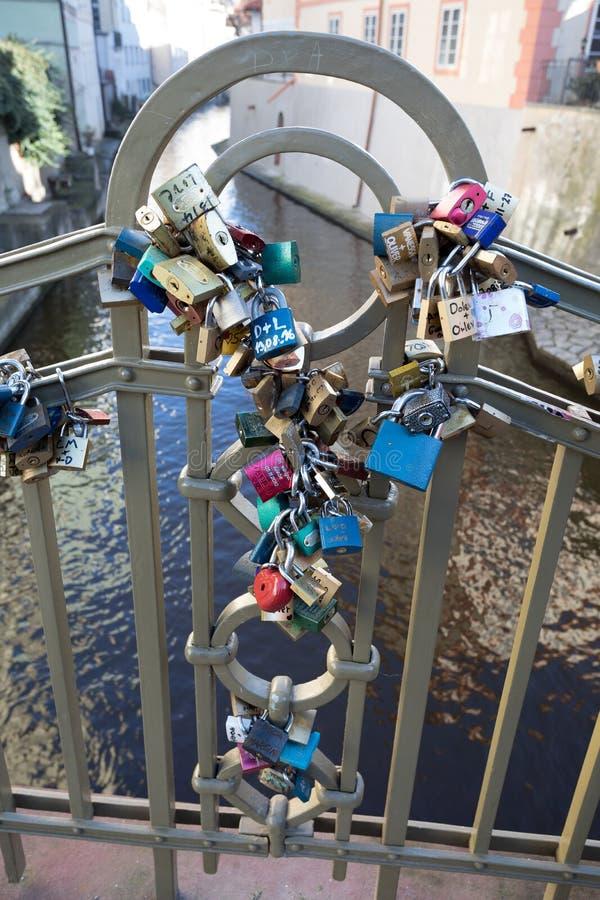 Lås på bron i Prague som symboliserar förälskelseför evigt arkivfoto