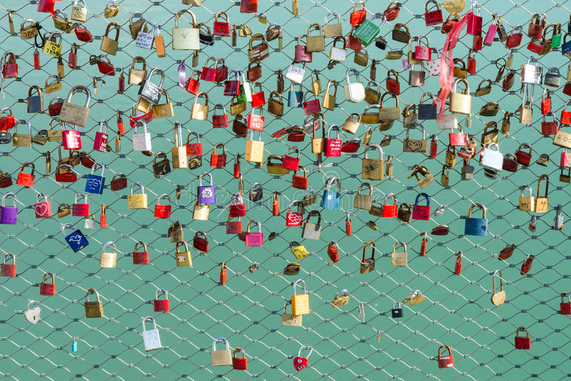 Lås på brosymbolet av lojalitet och evig förälskelse arkivbild
