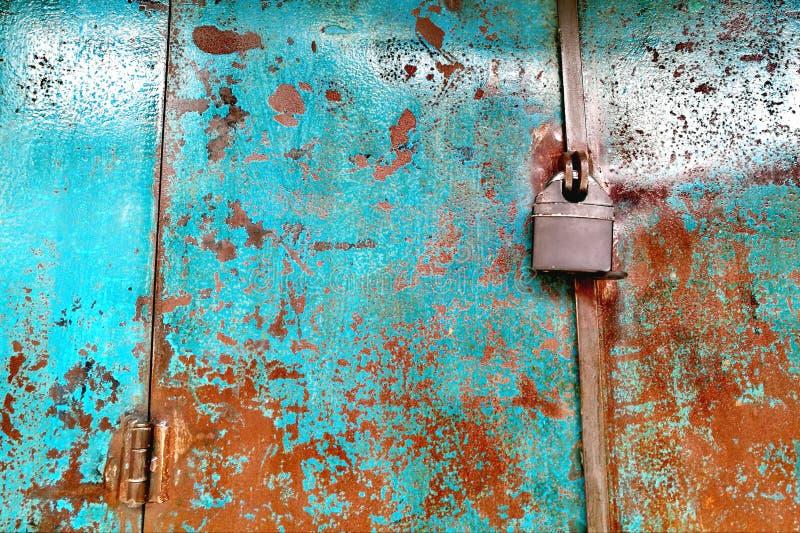 Lås på den rostiga porten för gammal stil royaltyfri foto
