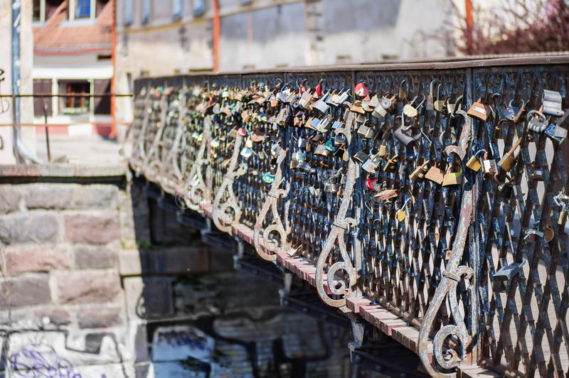Lås på staket av bron royaltyfria bilder