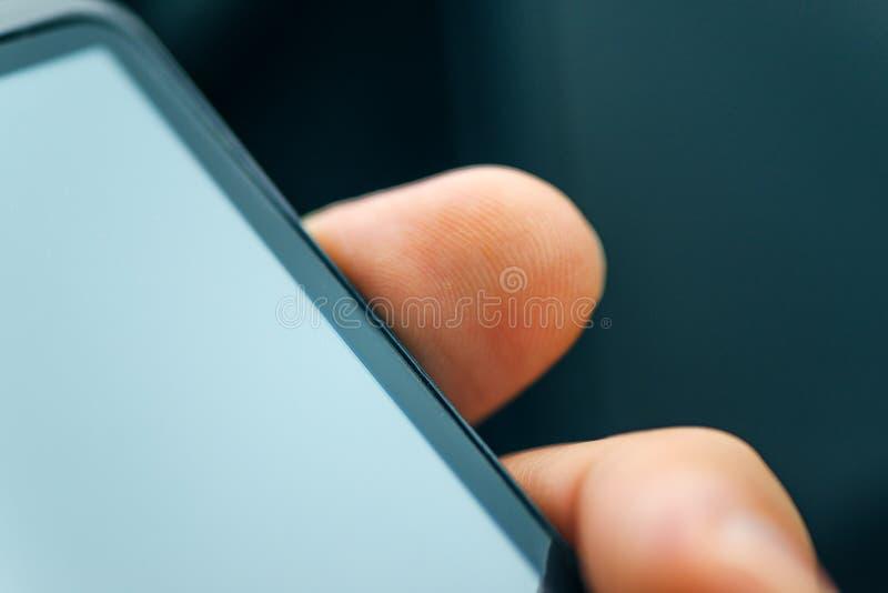 Låsa den smarta telefonen med fingeravtryckavkännarebildläsning upp royaltyfri bild