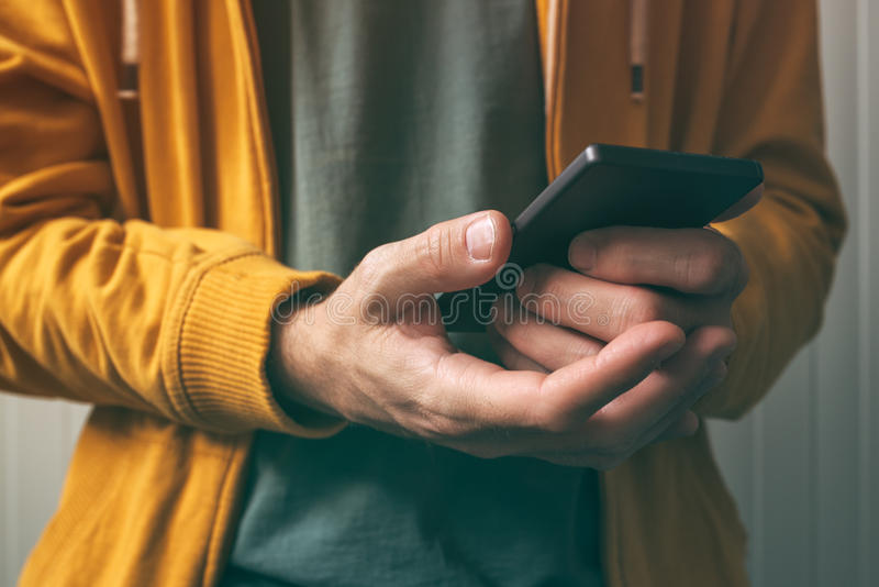 Låsa smartphonen med fingeravtryckbildläsningsavkännaren upp royaltyfria foton