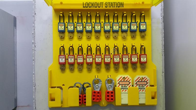Låsa ut & märka ut, lockoutstationen, maskinen - specifika lockoutapparater arkivbild