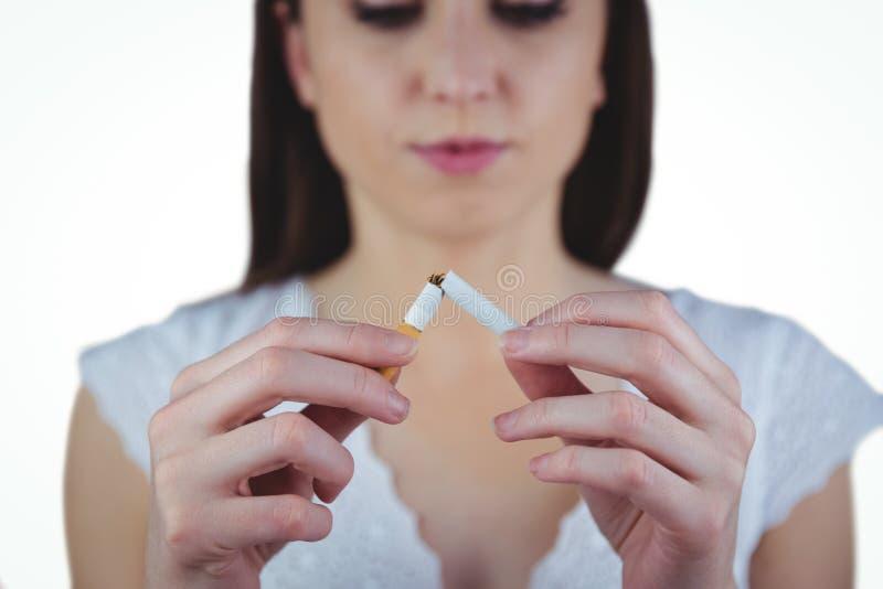 Låsande fast cigarett för kvinna i halva arkivbilder