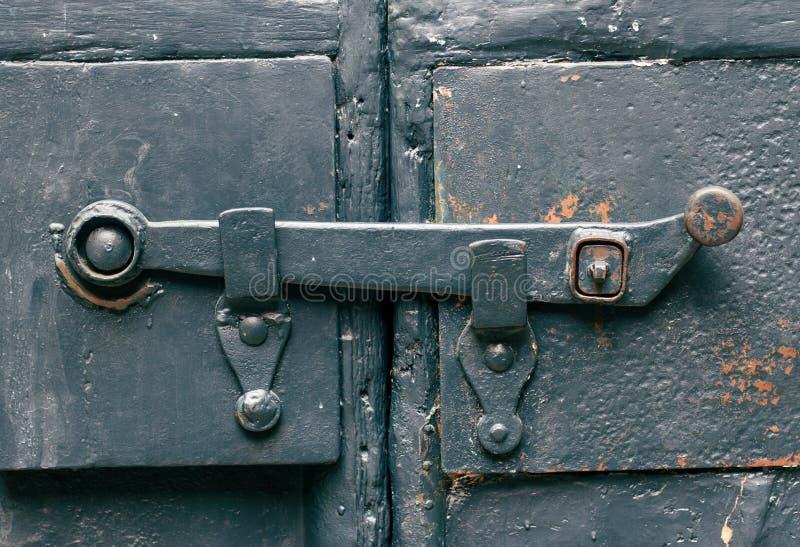 Låser den metalliska dörren för den gamla blåa dörren royaltyfria foton