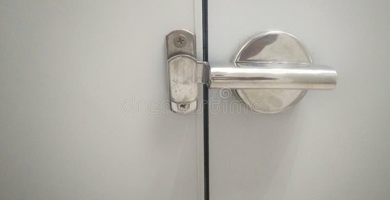Låset för silverbadrumdörr med härligt reflekterande sken royaltyfri fotografi