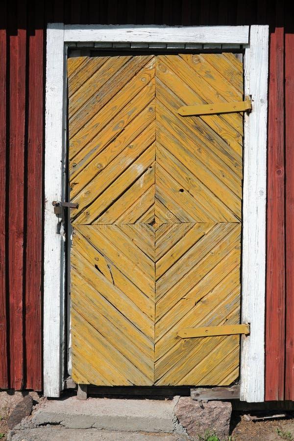 Låst dörr av det gamla byhuset arkivfoto