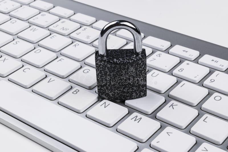 Låst datorkassaskåp från virus- eller malwareattack Bärbar datordator som skyddas från online-brott och hacka för cyber Dator royaltyfria foton