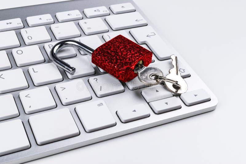 Låst datorkassaskåp från virus- eller malwareattack Bärbar datordator som skyddas från online-brott och hacka för cyber Dator royaltyfri foto