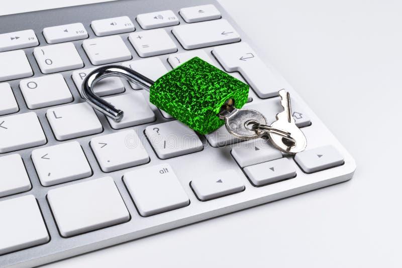 Låst datorkassaskåp från virus- eller malwareattack Bärbar datordator som skyddas från online-brott och hacka för cyber Dator royaltyfri bild