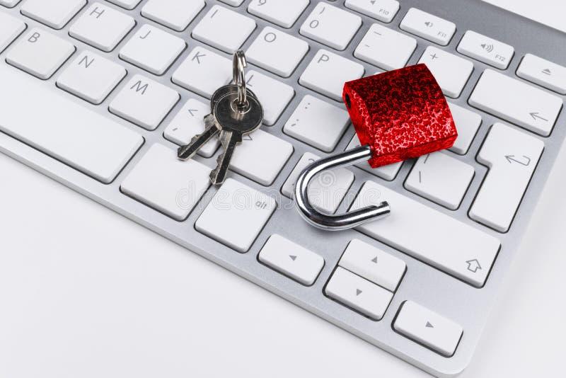 Låst datorkassaskåp från virus- eller malwareattack Bärbar datordator som skyddas från online-brott och hacka för cyber Dator arkivbild