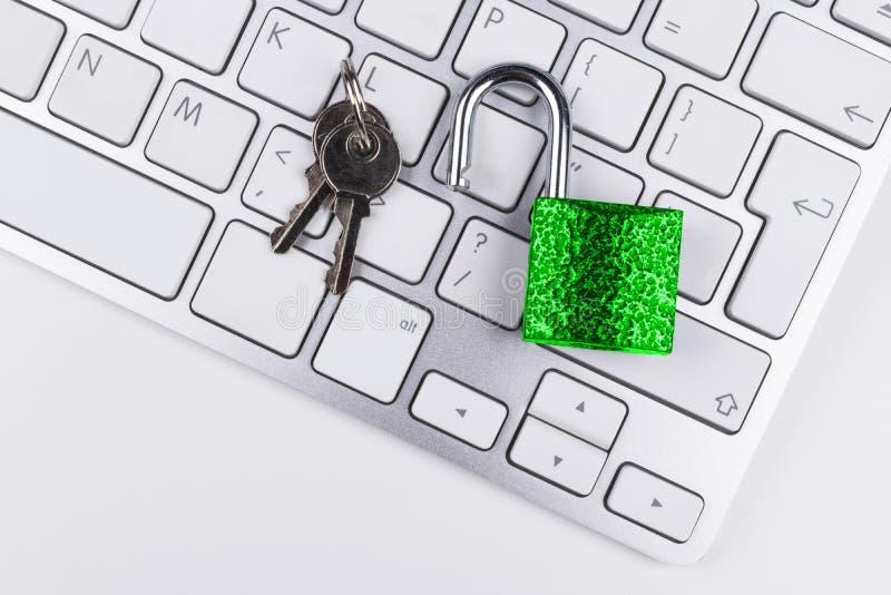 Låst datorkassaskåp från virus- eller malwareattack Bärbar datordator som skyddas från online-brott och hacka för cyber Dator fotografering för bildbyråer