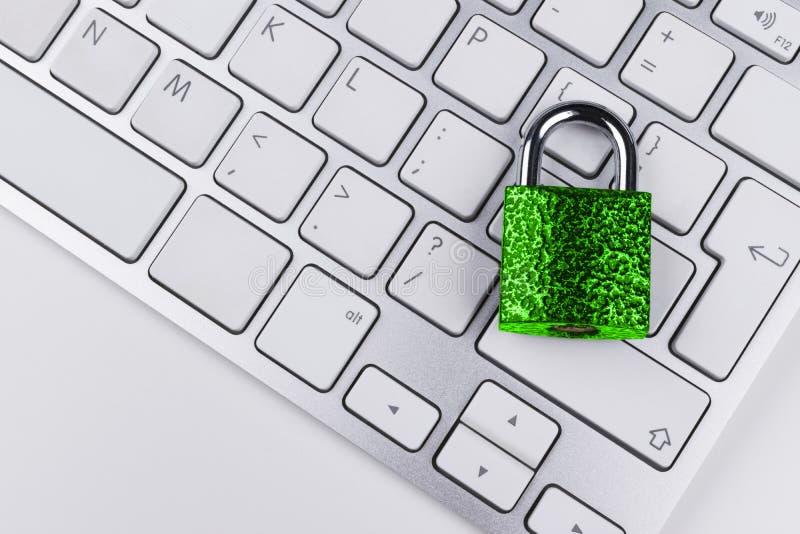 Låst datorkassaskåp från virus- eller malwareattack Bärbar datordator som skyddas från online-brott och hacka för cyber arkivfoto