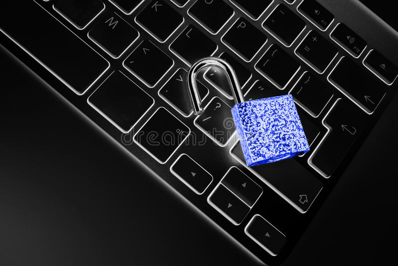 Låst datorkassaskåp från virus- eller malwareattack Bärbar datordator som skyddas från online-brott och hacka för cyber royaltyfri foto