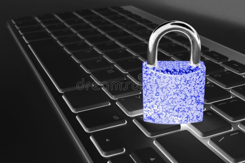 Låst datorkassaskåp från virus- eller malwareattack Bärbar datordator som skyddas från online-brott och hacka för cyber Dator arkivfoto