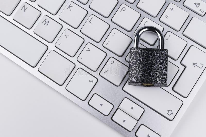 Låst datorkassaskåp från virus- eller malwareattack Bärbar datordator som skyddas från online-brott och hacka för cyber Dator royaltyfria bilder