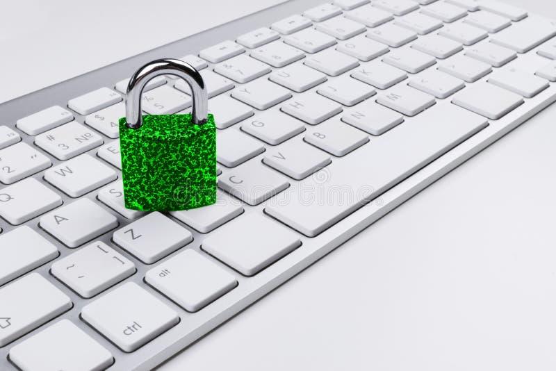 Låst datorkassaskåp från virus- eller malwareattack Bärbar datordator som skyddas från online-brott och hacka för cyber Dator arkivfoton