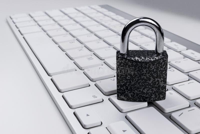 Låst datorkassaskåp från virus- eller malwareattack Bärbar datordator som skyddas från online-brott och hacka för cyber Dator arkivbilder
