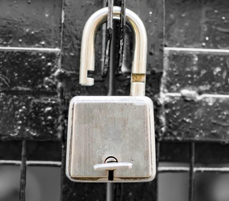 Låst upp lås på porten arkivbild