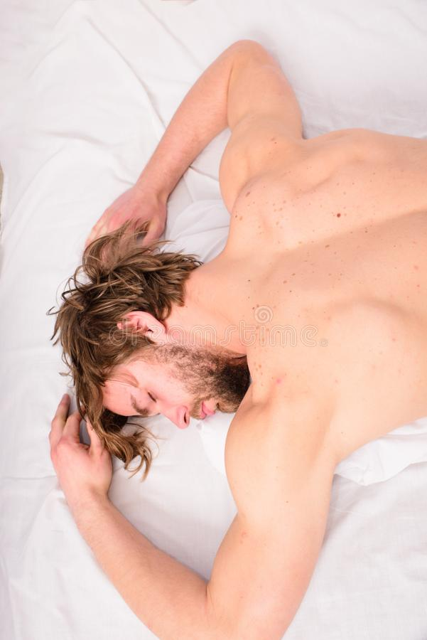 Låt din bekväma kroppkänsel Näck macho lekmanna- vit sängkläder för grabb Angenämt koppla av begreppet Se till madrassen arkivfoto
