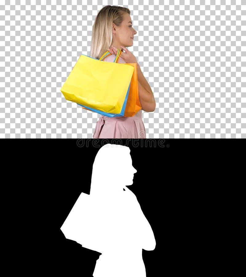 Låt oss starta försäljningen att shoppa kvinnan i rosa gå med shoppingpåsar, Alpha Channel royaltyfria foton