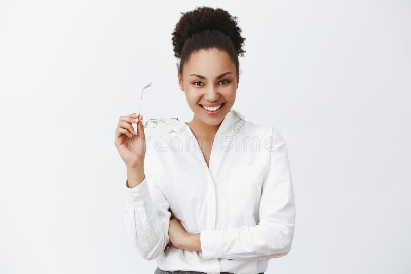 Låt oss tala om affär Charmig säker och vänskapsmatch-seende lyckad kvinnlig entreprenör med mörk hud och royaltyfri fotografi