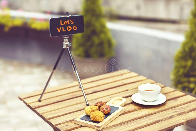 Låt oss vlogbegreppet med den mobila arbetsplatsen av youtuber som går som är virus-, genom att förbinda direktanslutet vid smart fotografering för bildbyråer
