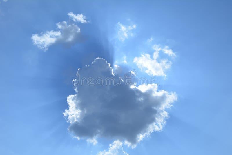 Låt strålarna för sol` s till och med himlen royaltyfria foton
