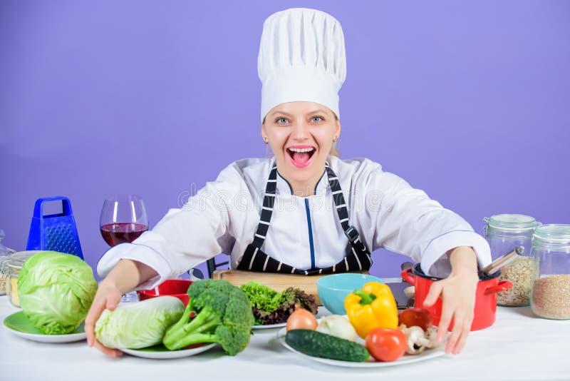 Låter att laga mat för start Kvinnakock som lagar mat sund mat Gourmet- varmrättrecept Läckert receptbegrepp Flicka i hatt royaltyfria foton