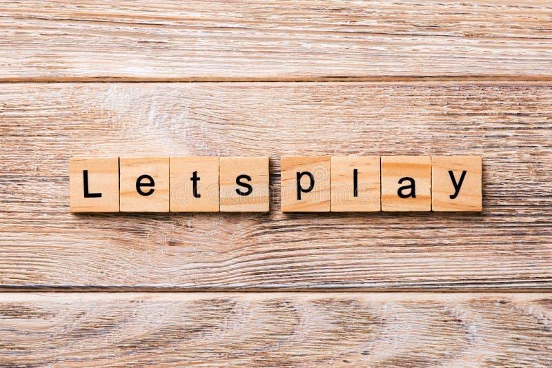 Låter för att spela ordet som är skriftligt på träsnittet låter för att spela text på trätabellen för din desing, begrepp royaltyfria foton
