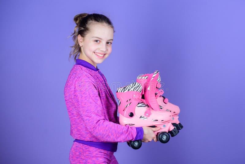 Låter ritt Rullskridskor för håll för litet barn för flicka gullig Hobby och aktiv fritid lycklig barndom Riktig rulle för hacka arkivfoto