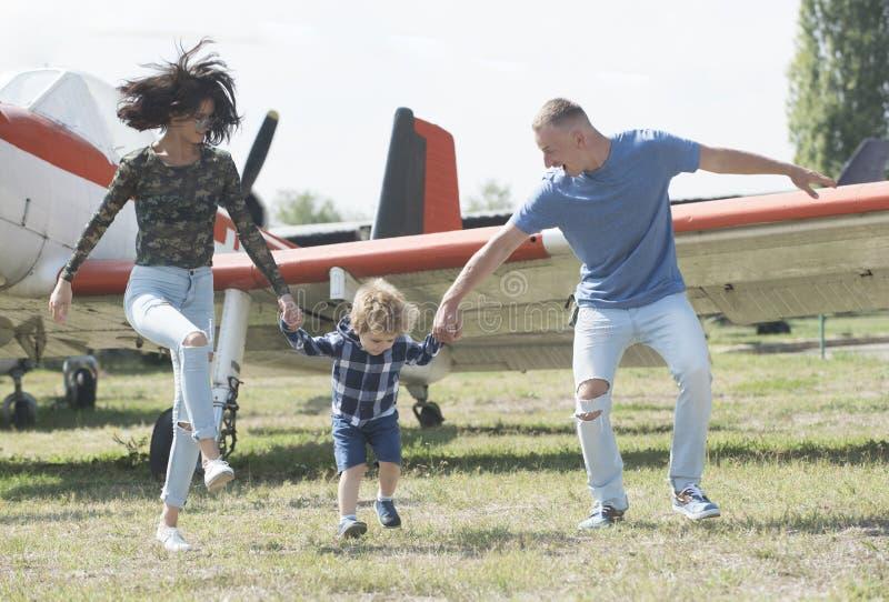 Låter start vår resa Resa vid luft Familj på semestertur Par med pojkebarnet på nivån Flygplan turnerar och royaltyfri bild