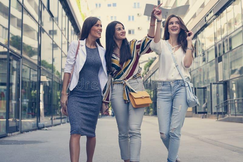 Låtet ser vi staden tre kvinnor På flyttningen royaltyfria foton