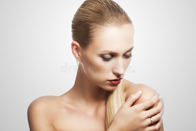 låtna vara looks för skönhet ner över den vita kvinnan arkivfoton