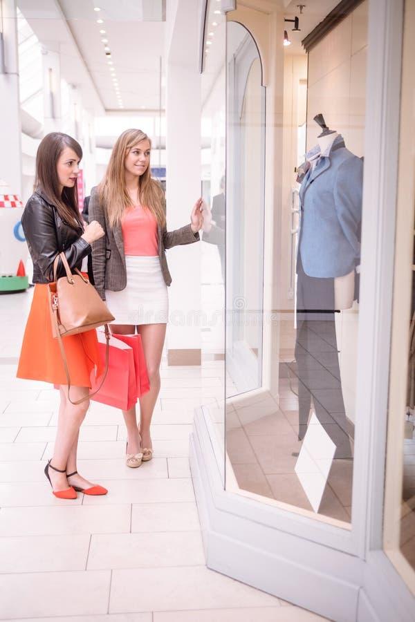 Lèche-vitrines de deux beau femmes dans le mail image libre de droits