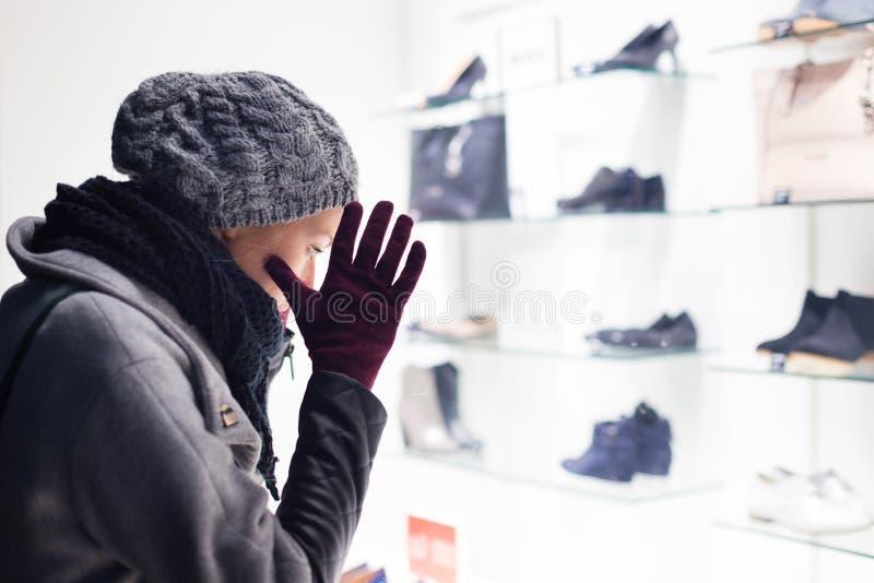 Download Lèche-vitrines de femme photo stock. Image du froid, regard - 56484956
