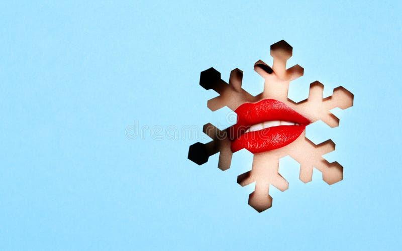 Lèvres d'une jeune belle femme avec un rouge à lèvres rouge photographie stock libre de droits