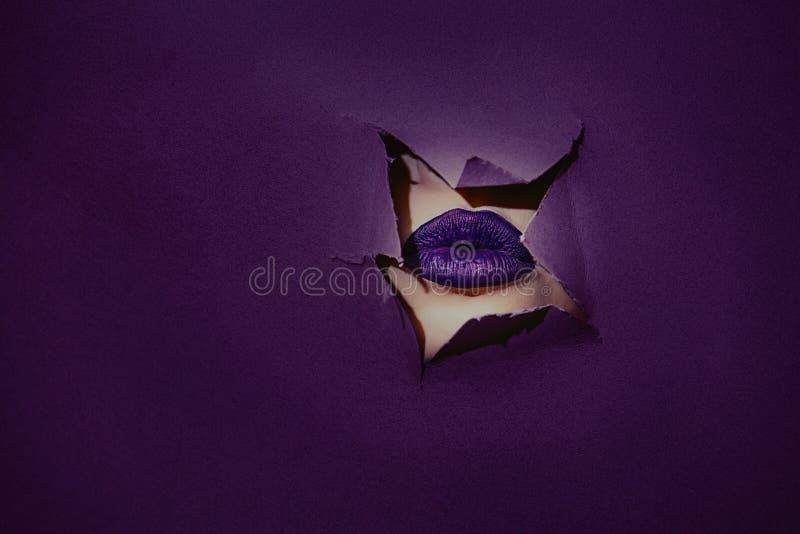 Lèvres en gros plan avec l'ultraviolet de rouge à lèvres de couleur dans le cadre de images stock