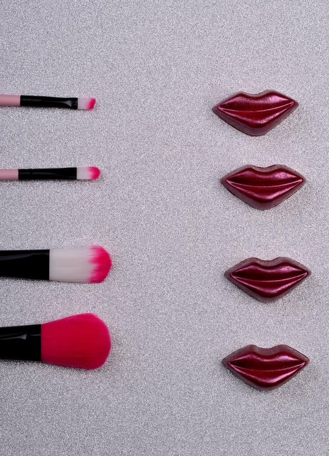 Lèvres et brosses savoureuses de maquillage photographie stock
