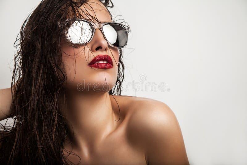 Lèvres et lunettes de soleil rouges photo libre de droits