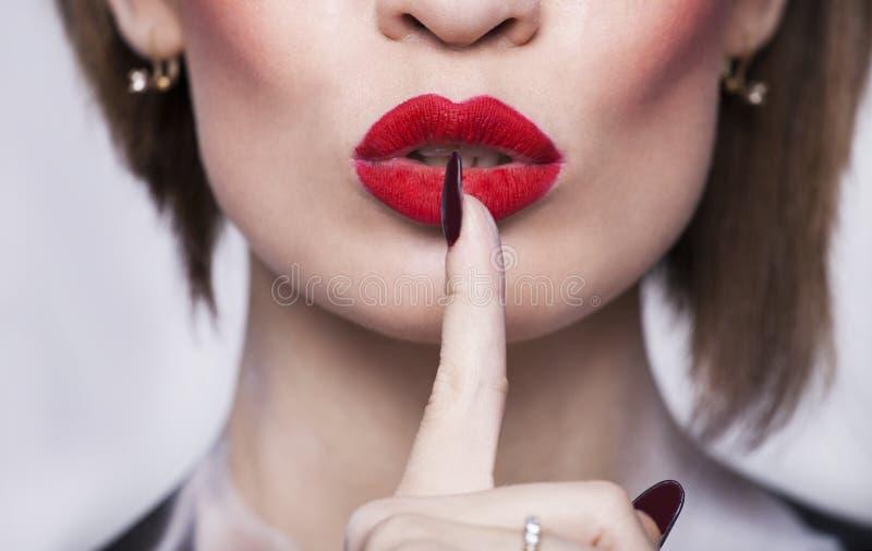 Lèvres rouges avec le doigt images libres de droits