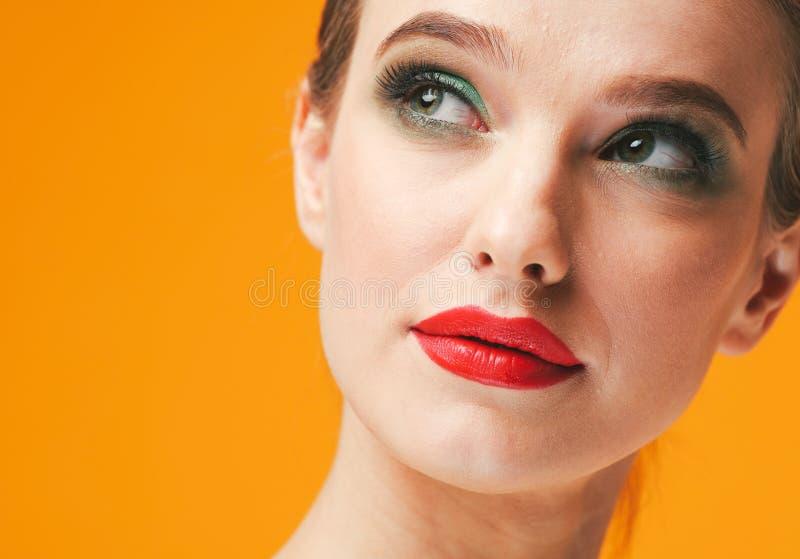 Lèvres rouges de femme colorée de maquillage dans des vêtements jaunes sur les ongles manucurés heureux de fond de mode d'été de  photo stock