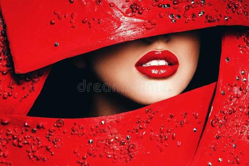 Lèvres rouges de femme dans le cadre rouge images libres de droits
