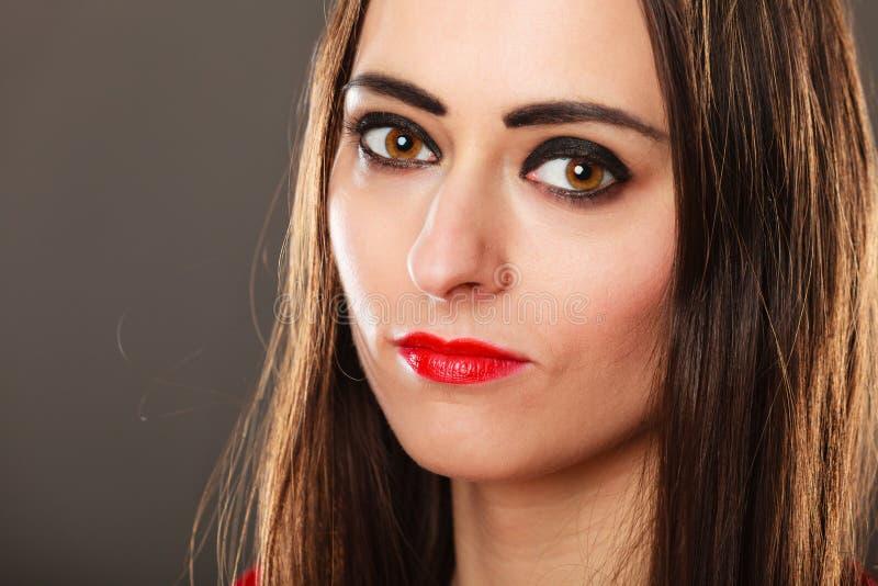 Lèvres rouges de long maquillage foncé de cheveux droits de femme sur le gris images libres de droits
