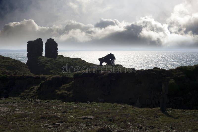 Léchez la silhouette de château dans le comté kerry photos stock