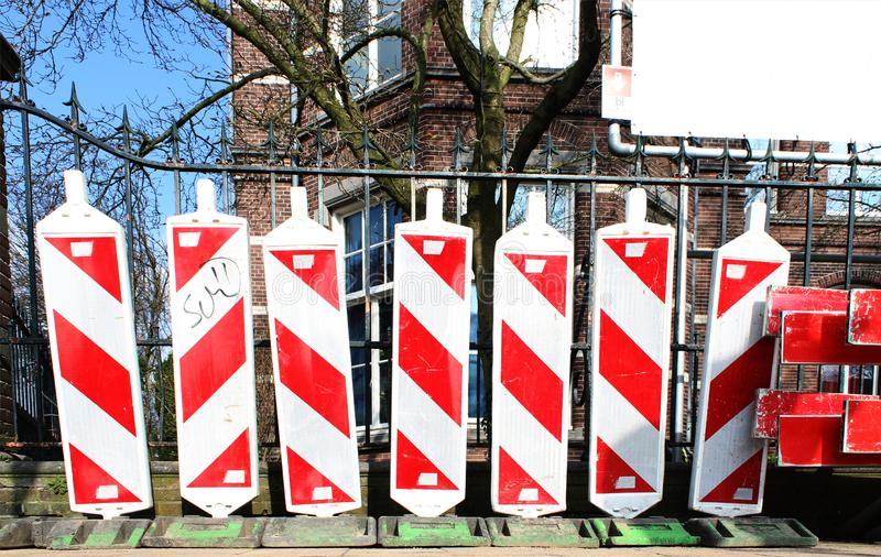 Légèrement portés poteaux du trafic de construction avec la coloration rouge et blanche photos stock