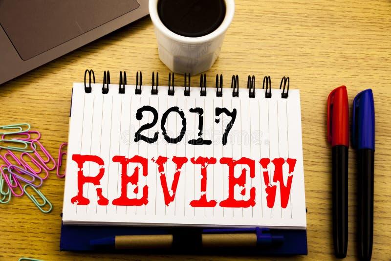 Légende des textes d'écriture de main montrant l'examen 2017 Concept d'affaires pour le compte rendu succinct annuel rédigé sur l images libres de droits