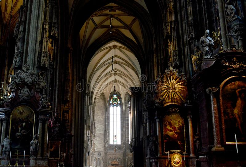 Léger et foncé : à l'intérieur du Stephansdom, Vienne, Autriche photographie stock libre de droits