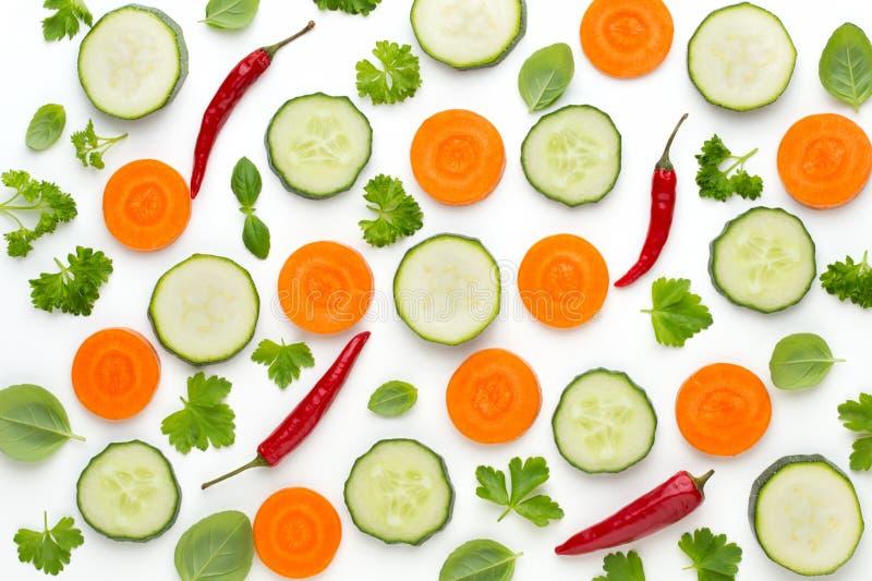 Légume et épices d'isolement sur le fond blanc, vue supérieure Composition d'abrégé sur papier peint des légumes photos stock