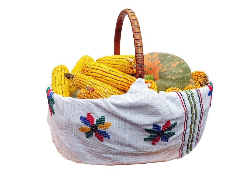Légume frais de maïs et de potiron dans le panier d'isolement sur le blanc image libre de droits